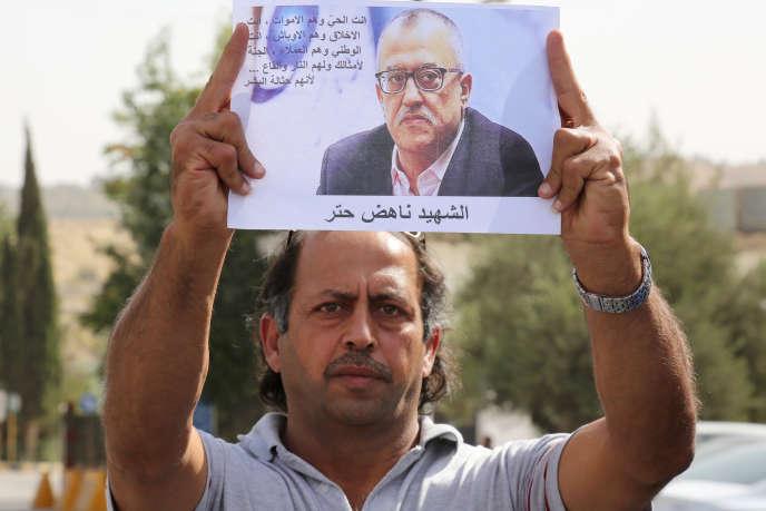 Un manifestant brandit une photo de Nahed Hattar lors d'un sit-in dans la ville d'Al-Fuheis, près d'Amman, le 25 septembre.