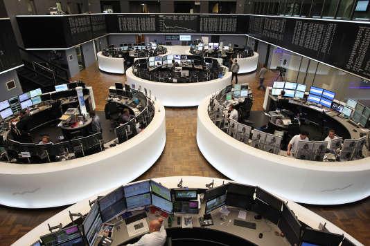 A la Bourse de Francfort, le 26 septembre. Inquiets pour l'avenir de la Deutsche Bank, les investisseurs vendent massivement leurs actions, entraînant une chute continue du cours depuis plusieurs mois.