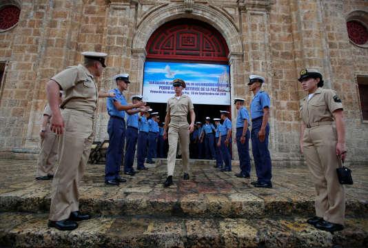 Les membres de la marine colombienne se rassemblent devant une église où le président Juan Manuel Santos participera à la messe lundi avant de signer un accord de paix avec les Forces armées révolutionnaires de Colombie (FARC), à Cartagena, en Colombie, dimanche 25 septembre.