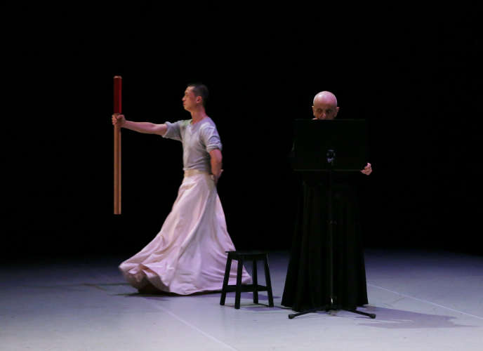 Le danseur Wu Zheng (à gauche) et le chorégraphe Dominique Dupuysur la scène du Théâtre national de Chaillot, à Paris, le 24 septembre 2016.