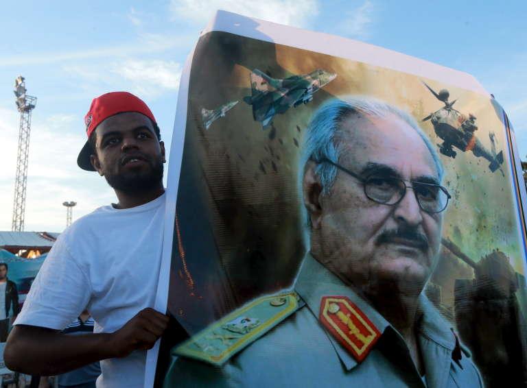 Un portrait du général Haftar en 2015 à Banghazi.