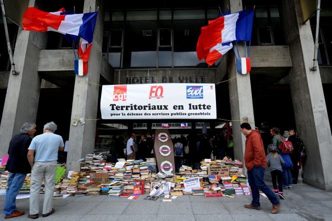 Une manifestation devant la mairie de Grenoble, lundi 26septembre.