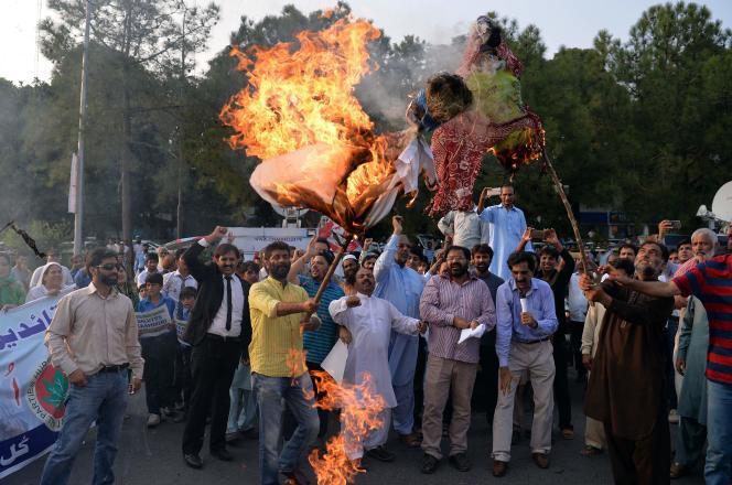 Le premier ministre indien, Narendra Modia, dans son discours, entraîné le Pakistan sur un autre champ de bataille que celui du Cachemire : « L'Inde est prête à une guerre avec le Pakistan. Mais combattons la pauvreté, le chômage et l'illettrisme. Et voyons qui gagnera » (Photo: des Pakistanais brûlent l'effigie de Narendra Modi et Sushma Swaraj à Islamabad, le 26 septembre).