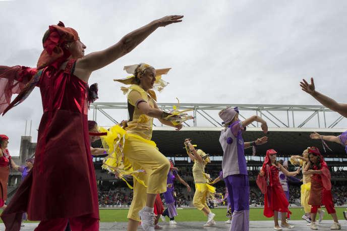 Des danseurs lors de la parade au Stade Gerland, à l'occasion de la 17e Biennale de la danse de Lyon, le 18 septembre 2016.