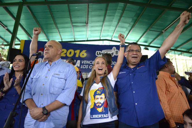Lilian Tintori, l'épouse de l'opposant emprisonnéLeopoldo Lopez, avec le porte-parole de l'oppositionJesus Torrealba (à gauche), à Caracas, le 26 septembre 2016.
