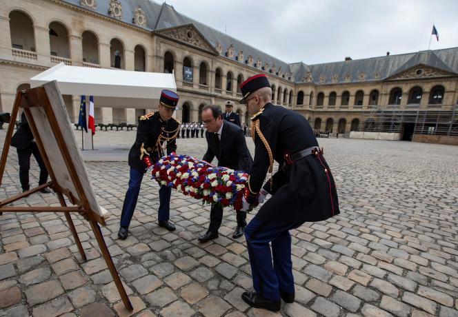 Le président de la République, François Hollande, rend hommageaux harkis, le 25 septembre 2016 à Paris.
