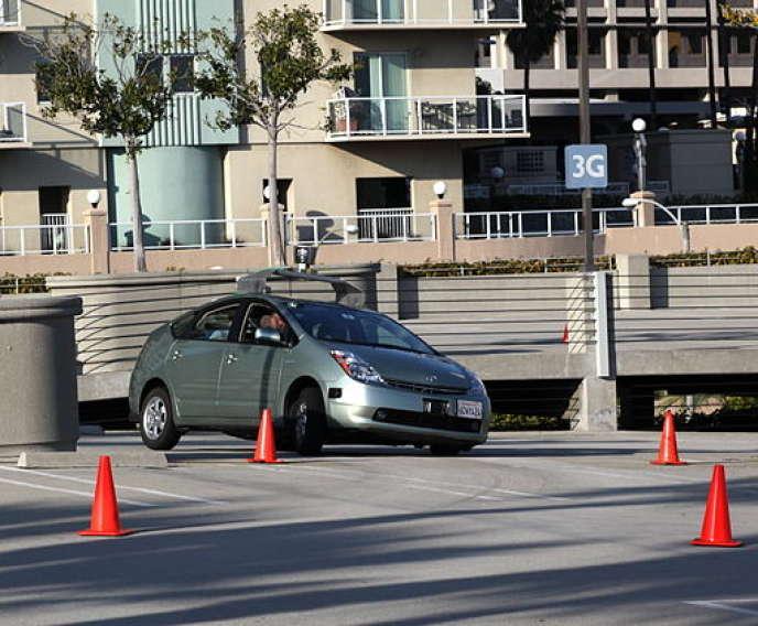 Test d'une voiture autonome de Google. PhotoBy Flckr user jurvetson (Steve Jurvetson) [CC BY 2.0 (http://creativecommons.org/licenses/by/2.0)], via Wikimedia Commons