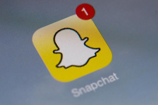 Le réseau social se rebaptise Snap Inc. et lance des lunettes de soleil connectées.