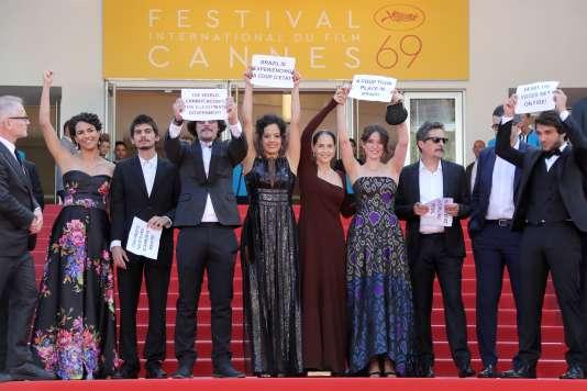 L'équipe du film «Aquarius»proteste contre le renversement de la présidente du Brésil, Dilma Rousseff,au Festival de Cannes, le 17 mai 2016.