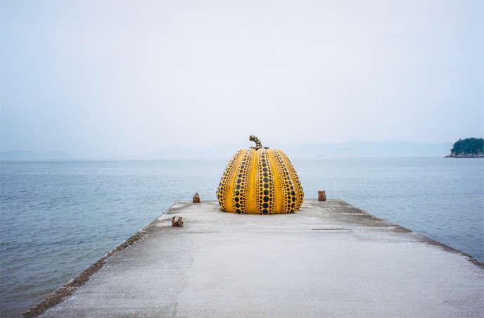 « Pumpkin », de Yayoi Kusama, est exposée en extérieur.
