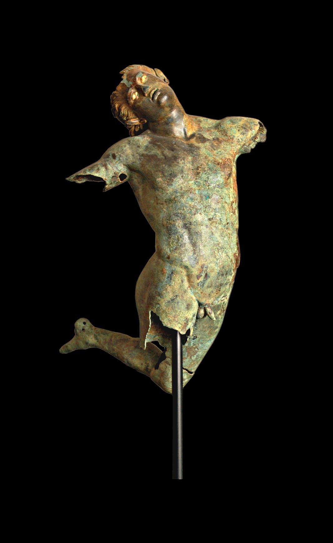 «Satyre dansant», en bronze (IVe siècle av.J.-C.). Repêché dans le détroit de Sicile, en 1998, il est exposé au Musée de Mazara del Vallo, en Sicile.