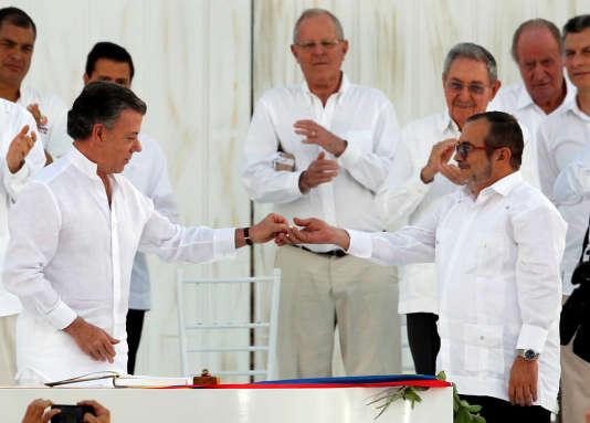 Le président colombien Juan Manuel Santos, et le commandant en chef des Forces armées révolutionnaires de Colombie Rodrigo Londoño, plus connu sous son nom de guerre de « Timochenko », ont signé un accord de paix le 26septembre.