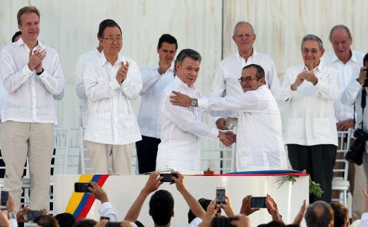 Le président colombien Juan Manuel Santos, à gauche, etle chef des FARC, Rodrigo Londoño, plus connu sous ses noms de guerre de « Timoleon Jimenez » ou «Timochencko», à droite, lors de la signature de l'accord de paix, le 26 septembre 2016 à Carthagène.