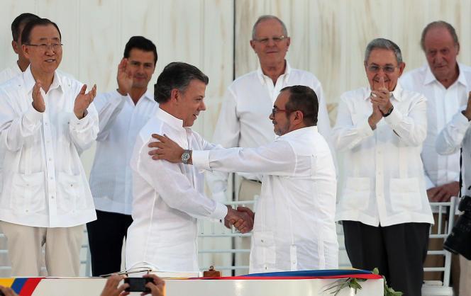 Le président colombien, Juan Manuel Santos, serre la main du chef des FARC, Rodrigo Londoño, alias Timochenko, à Carthagène des Indes, lundi 26 septembre 2016.