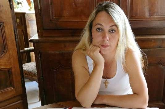 Le 17 octobre 2013, un reportage de l'émission « Envoyé spécial » sur France 2 montrait Mme Leclère, propriétaire d'un magasin d'articles de pêche à Rethel, dans les Ardennes, qui s'efforçait de monter une liste pour les élections municipales de 2014.