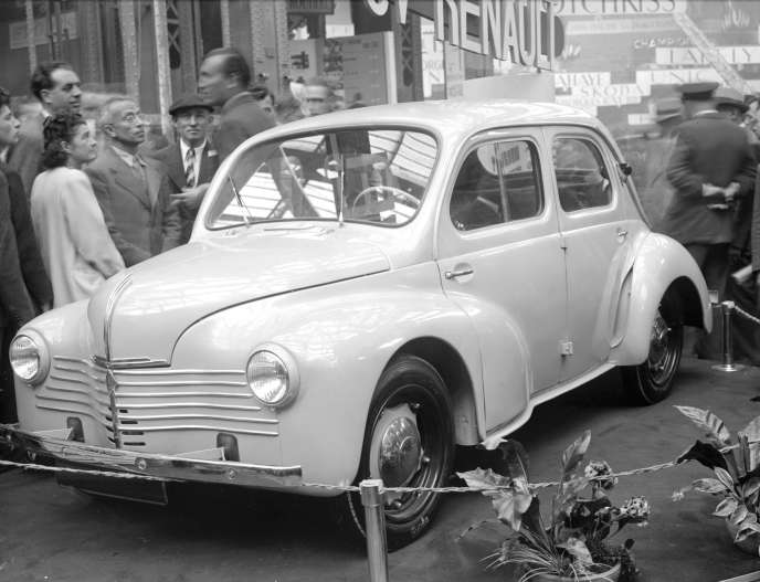 Présentation de la Renault 4CV lors du salon de l'automobile en Octobre 1946.