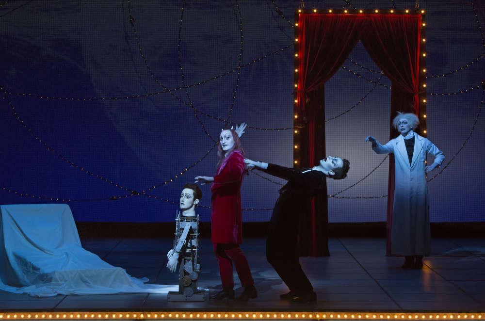 Au Théâtre du Châtelet, à Paris, le metteur en scène Bob Wilson signeun pacte avec le diable, et cela lui réussit.