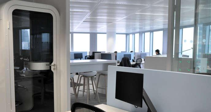 Dans les futurs bureaux de l'entrprise Deloitte a la Défense, des cabines téléphoniques ont été installées pour notamment permettre aux salariés de travailler dans le calme.