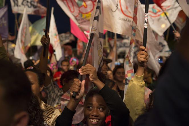 Des partisans de Jandira Feghali, candidate communiste à la mairie de Rio de Janeiro, soutenue par le Parti des travailleurs, lundi 26 septembre.