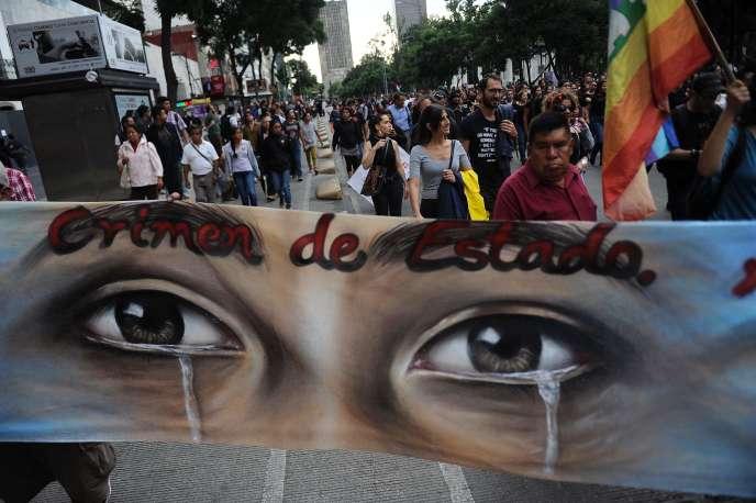 « Crime d'Etat», peut-on lire sur une banderole lors d'une manifestation à Mexico le 26 septembre 2016, pour la vérité sur la disparition de 43 étudiants à Iguala.