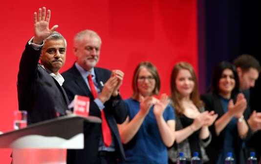 Le maire de Londres, Sadiq Khan, et Jeremy Corbyn, à la tribune du congrès du Labour, le 27septembre, à Liverpool.