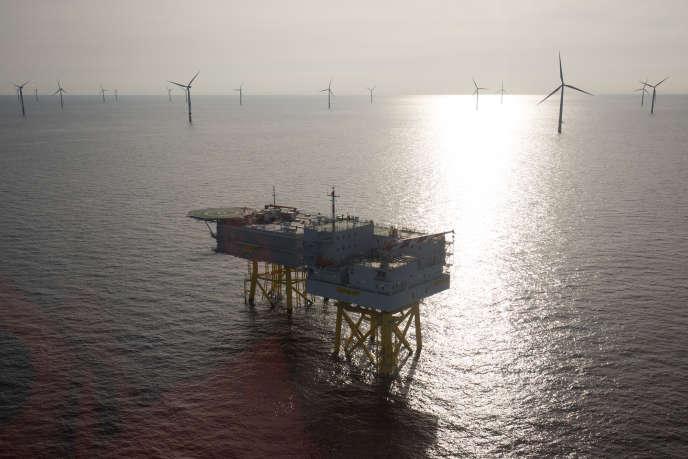 La ferme éolienne de DanTysk, en mer du Nord, l'un des parcs offshore proches de Hambourg. Au premier plan, la plate-forme de maintenance où vivent et travaillent 45techniciens.