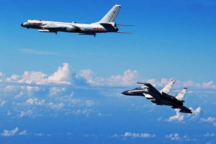 Sur cette photo diffusée le 25 septembre 2016 par l'agence Chine nouvelle, un bombardier H-6K et unavion de combat Soukhoï Su-30 (à droite) participent à des exercices menés par Pékin.