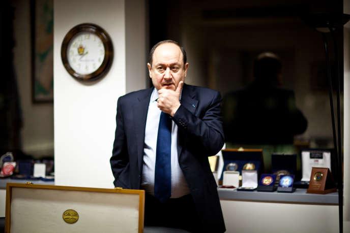 Bernard Squarcini pose dans son bureau de la direction centrale du renseignement intérieur àLevallois-Perret, le 22 mars 2012.