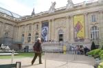 Façade du Grand Palais à Paris avec l'affiche de l'exposition Hergé.