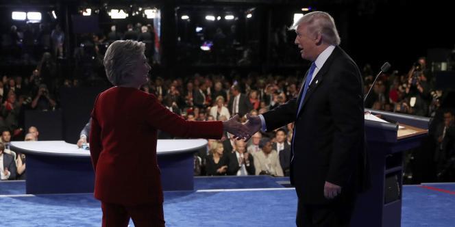 Hillary Clinton et Donald Trump se serrent la main à l'issue du débat du lundi 26 septembre 2016.