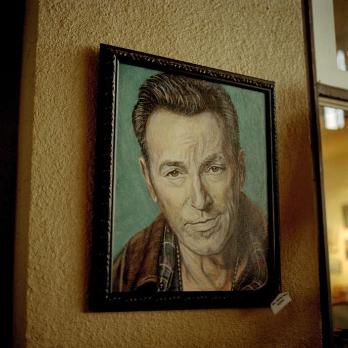Un portrait de Bruce Springsteen vendu dans une des nombreuses boutiques qui jalonnent le front de mer à Asbury Park, où l'icône a fait ses premières armes musicales.