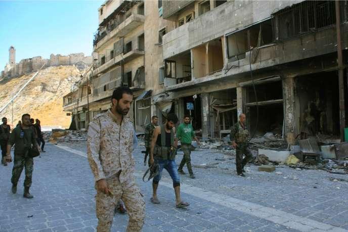 Des forces pro-gouvernementales syriennes dans Alep, le 28 septembre.