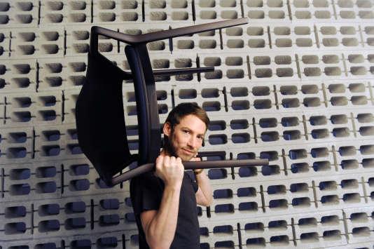Ora-ïto avec la chaise Ico, une des 6 pièces qui entrent dans les collections permanentes du Centre Pompidou.