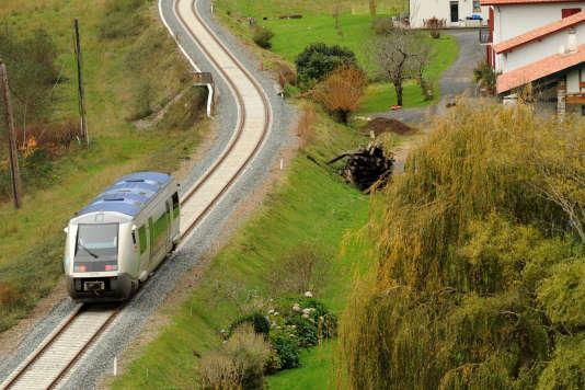 Un TER à Itxassou, sur la ligne Bayonne-Saint-Jean-Pied-de-Port (Pyrénnées-Atlantiques) le 22 novembre.