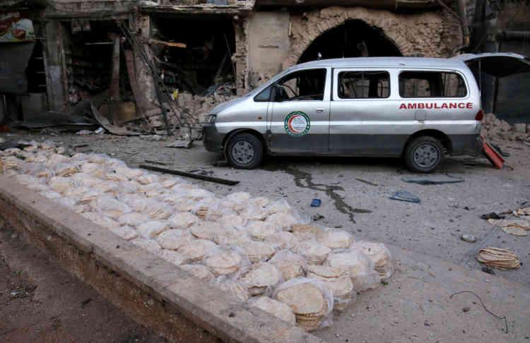 Une ambulance stationne sur le site d'unraid aérien dans le quartier Bab Al-Makam d'Alep, le 28 septembre.