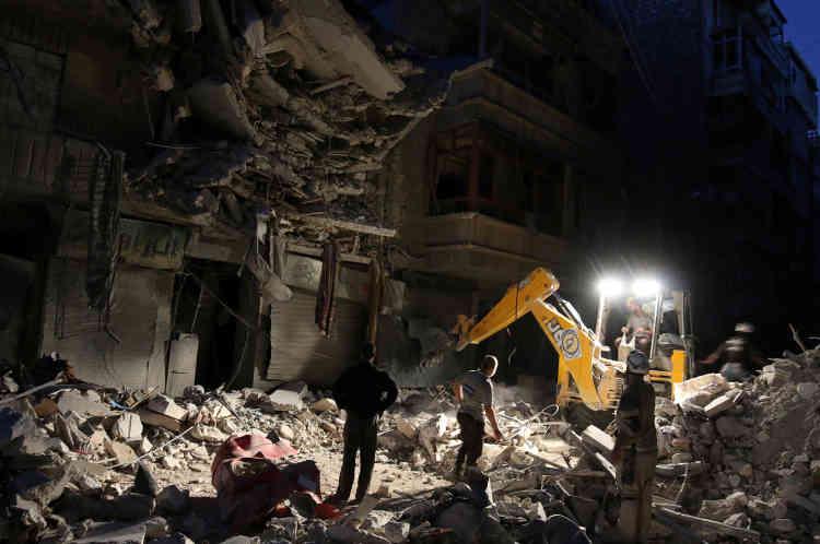 Des membres de la défense civile recherchent des survivants sur un site touché par une frappe aérienne dans le quartier Al-Shaar d'Alep, le 27 septembre.
