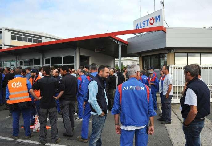 Des salariés d'Alstommanifestent devant le site d'Aytré, près de La Rochelle, le 28 septembre.