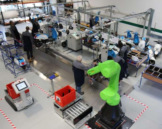 Chaîne d'assemblage de scootersdans l'usine pilote du Boston Consulting Group, à Saclay,dans l'Essonne,en septembre.