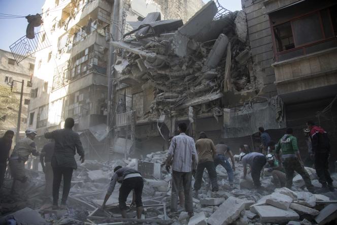 Des civils et des secouristes dans le quartier rebelled'Al-Shaar, dans l'est d'Alep, mardi 27septembre.
