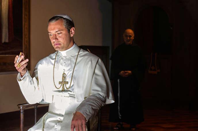 Jude Law incarne le pape fictif Pie XIII dans la série «The Young Pope», réalisée par Paolo Sorrentino.