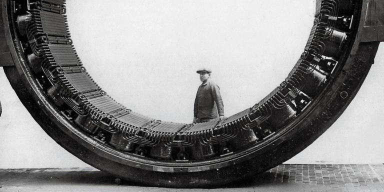 Stator (partie fixe d'une machine rotative) du moteur de laminoir reversible de 260 tonnes pour la reduction d'epaisseur de materiaux mis au point par la SACM (Societe Alsacienne de Constructions Mecaniques qui evoluera pour devenir ensuite Alsthom) de Belfort fourni a la Societe Lorraine Miniere et Metallurgique de Thionville c. 1910  ---  The stator of the engine of a rolling mill created by the  SACM (Societe Alsacienne de Constructions Mecaniques) in Belfort (Alsace) c. 1910