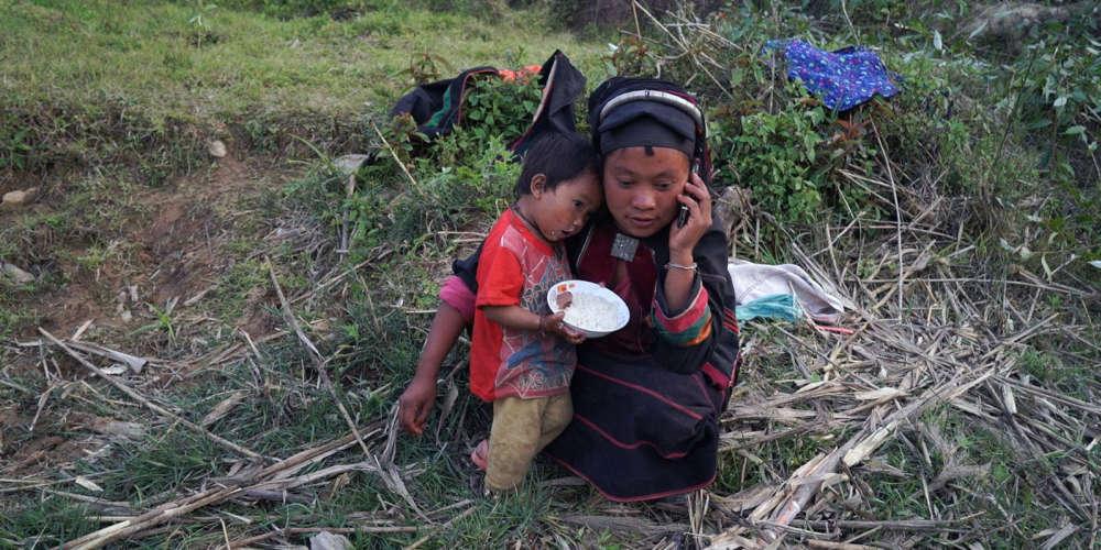 En février 2015, la loi martiale est proclamée dans l'Etat birman du Kokang, à la frontière de la Chine, suite aux affrontements entre troupes gouvernementales et rebelles armés. Dans le Yunnan chinois, Wang Bing a placé sa caméra au milieu du flot des populations villageoises déplacées par le conflit. Sans parler leur langue, il capte leurs moments d'angoisse et de répit, avec respect et exactitude.
