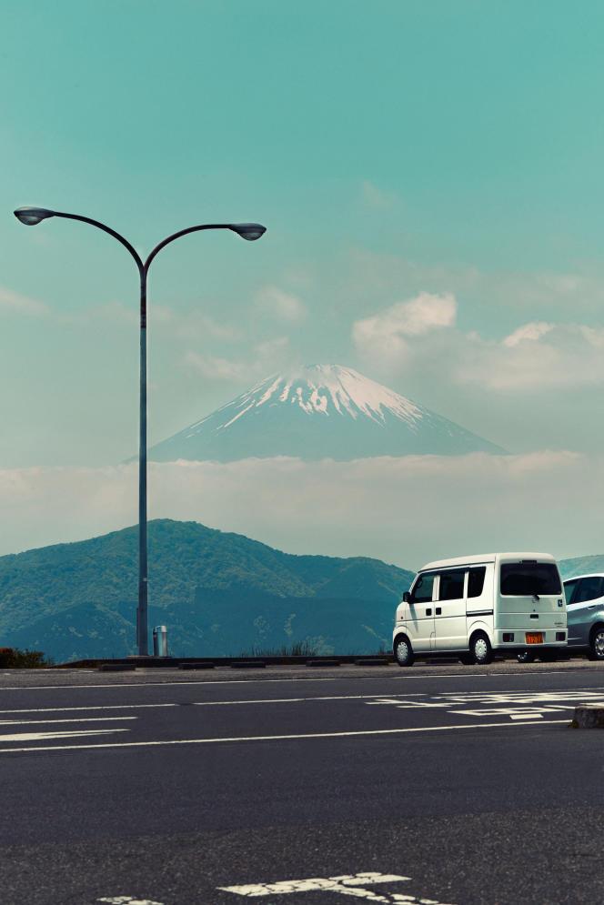 Une Suzuki Every face au mont Fuji.