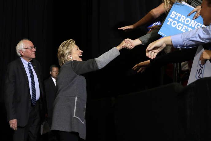 Hillary Clinton et Bernie Sanders lors d'une réunion électorale à Durham (New Hampshire), mercredi 28 septembre.
