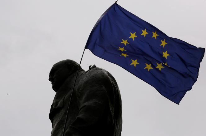 Un drapeau de l'Union européenne a été placé par des manifestants sur la statue de Winston Churchill lors de la Marche pour l'Europe organisée, à Londres, le samedi 3septembre.