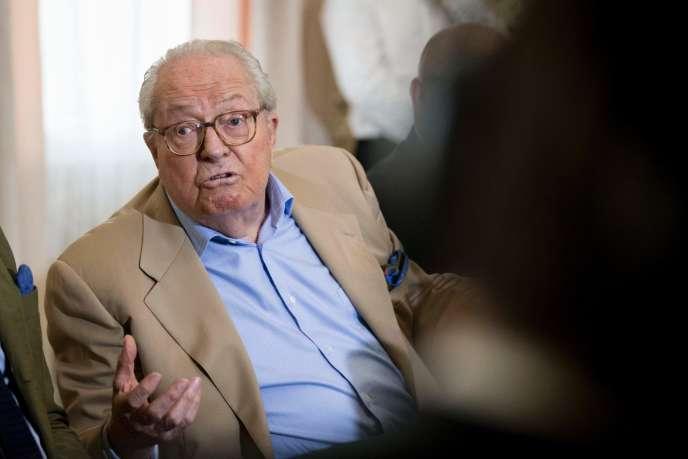 Jean-Marie Le Pen, pendant le banquet de rentrée de ses comités Jeanne, au secours !, à Mormant (Seine-et-Marne), le 28 septembre.