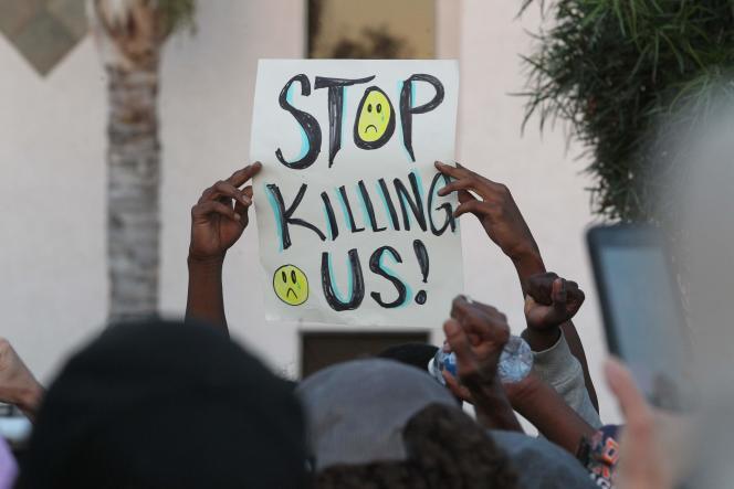 Un manifestant brandit un slogan « Arrêtez de nous tuer !», lors d'unemanifestation après la mort d'Alfred Olango tué par un policier, à El Cajon, en Californie, mercredi 28 septembre.