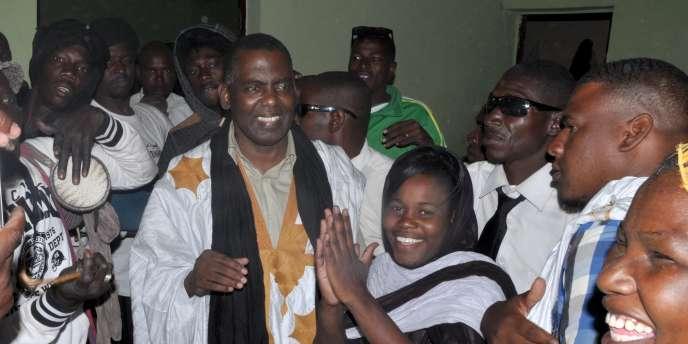 Biram Dah Abeid, président de l'Initiative pour la résurgence du mouvement abolitionniste (IRA), est accueilli par des supporteurs à sa sortie de prison, en mai 2016 à Nouackchott.