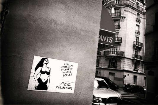 Graffiti de l'artiste plasticienne Miss Tic., en 2002, «Les promesses tiennent toutes seules».