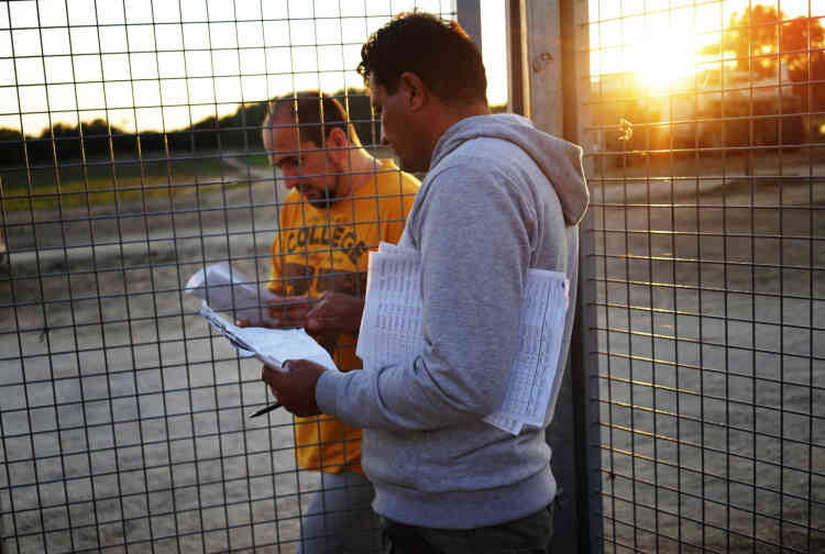 Mohammed, l'autodesigné leader du camp de transit, apprend de la police hongroise les noms des quinze personnes qui seront autorisées à passer en Hongrie le lendemain.